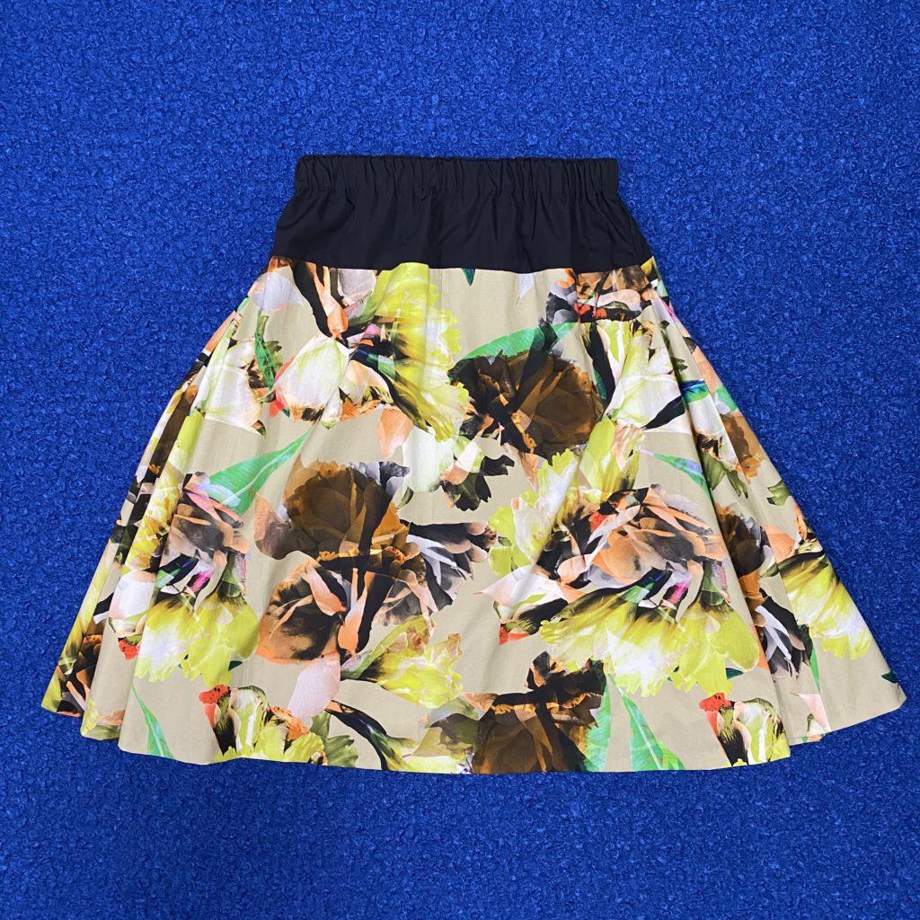 両サイドのフレアを少し折りたたみ着用時の雰囲気に近い様子のサイドフレアスカート
